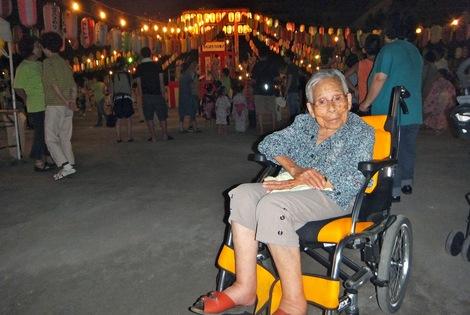 母の介護と車椅子での散歩風景・夜の八名川公園