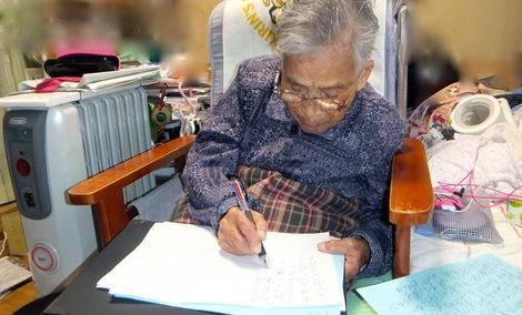 251121husako.JPG母の介護と車椅子での散歩風景・字を書いて認知症の予防をしています。