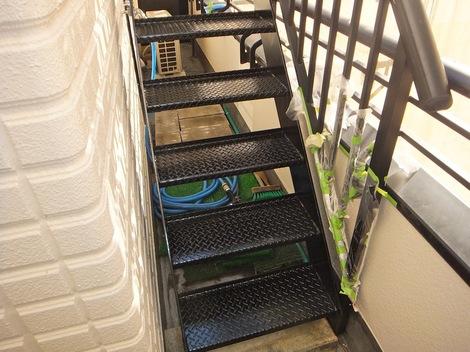 屋上階段の塗装の仕上げ塗り251215-5.JPG